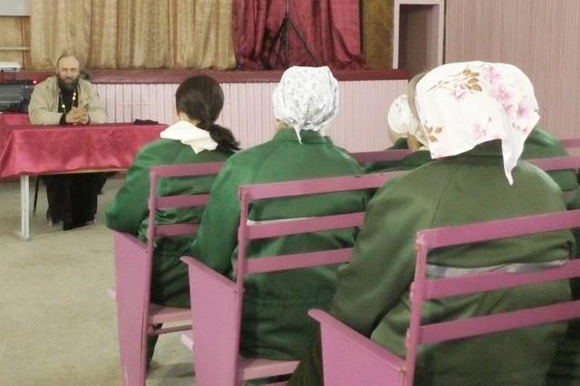 отец Алексий читает лекцию, для осужденных ИК-5