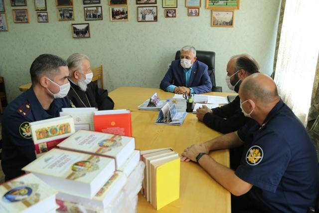 Библиотечный фонд следственного изолятора № 1 пополнился благодаря взаимодействию с представителями общественности и Омского епархиального управления