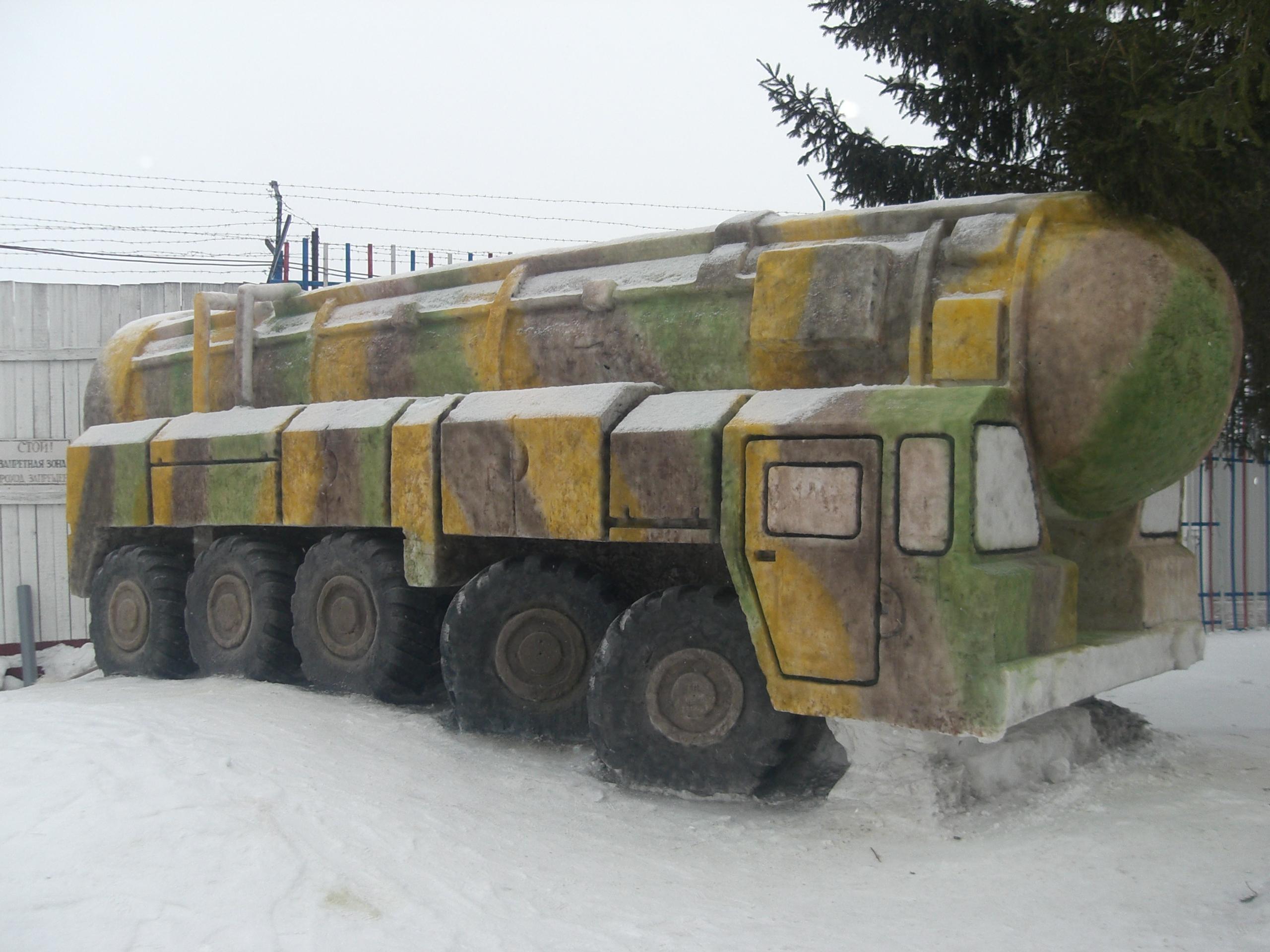 «Тополь» и Т-34 из снега и льда